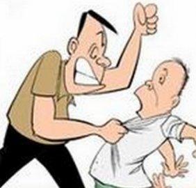 石家庄:丈夫打妻子 儿子看不过抄起铁棍打老子