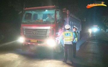 柏乡交警组织开展夜间查处违法车辆行动