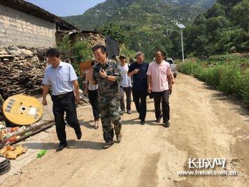 王刚在河北省人大常委会机关驻阜平帮扶村蹲点调研