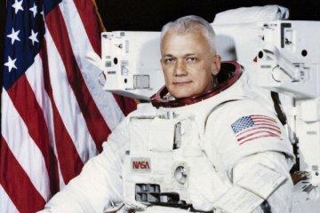 """首位""""太空漫步""""宇航员去世"""