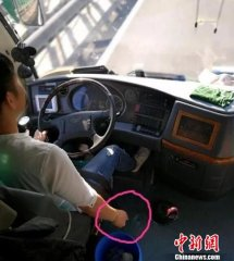 乘客劝阻大巴司机抽烟遭狂怼:疲倦时抽根烟怎么了