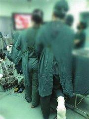 暖心!辽宁抚顺医生脚骨折单膝跪椅3小时为患者手术