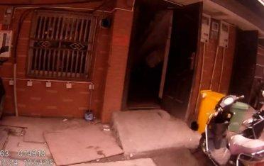 杭州一女子报警家中进贼!警察破门而入打开衣柜,实在太意外了!