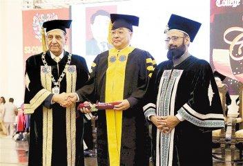 中国医生首获巴基斯坦医学最高荣誉学位