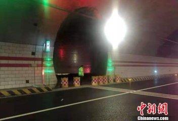 妖娆小哥二郎山隧道内领衔广场舞?警方:消息不实