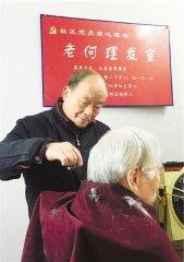 不论多远都上门 杭州男子16年不间断为老人免费理发