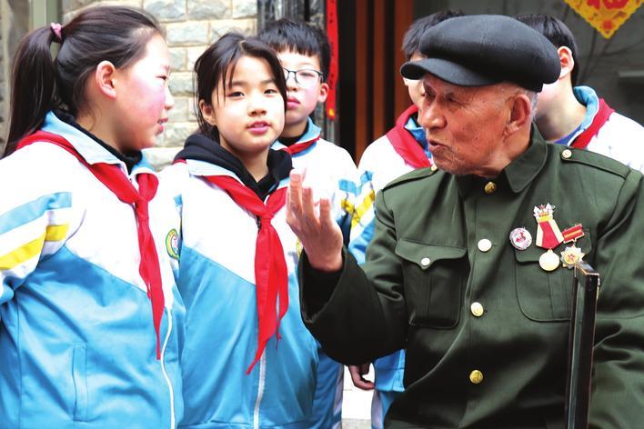 古诗是我接的兵!--广平94岁老八路赵鸿刚与雷小学背必雷锋带v古诗图片