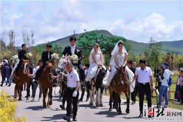 """丰宁中国马镇举行首届""""马背上的集体婚礼"""""""