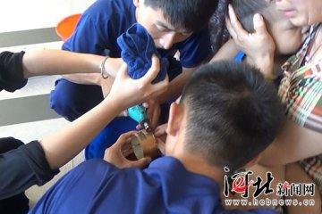 邯郸:男童手卡晾衣架摇杆把手 消防暖心解困
