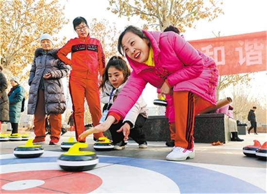 廊坊市速度滑冰运动员星天浩在河北省首届冰雪运动会承德赛区的速度滑冰项目中获得两枚奖牌振奋人心,激发了运动员的热情。  学生们感受滑冰的乐趣。  河北省首届冰雪运动会冰球项目开赛,廊坊队上场的小球员们平均年龄只有5岁,赛场旁的观众们为孩子们加油呐喊。 冰雪运动会、百乡千校百万人冰雪大联欢活动为了有效促进廊坊市冬季冰雪运动开展,今年,廊坊市体育局组织了多项冰雪活动,掀起全社会共同参与冰雪运动的热潮。  社区居民感受冰雪运动的魅力。  固安县师生接受滑雪教练的专业指导。  孩子们体验冰雪运动,其乐融融。