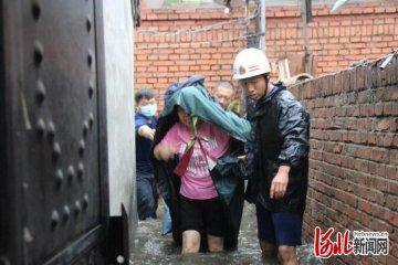 河北隆化: 突降暴雨老城区内涝 消防员疏散百户居民