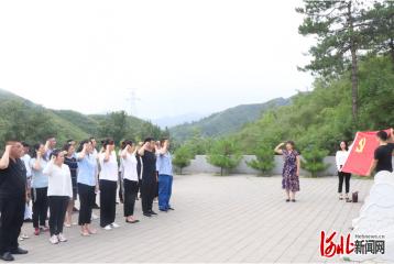 """河北承德市双滦区经开区组织党员开展""""八一""""祭扫活动"""