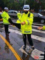 河北邯郸:雨中坚守保畅通