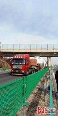 突发!河北高速一处跨线桥桥墩被撞断裂!