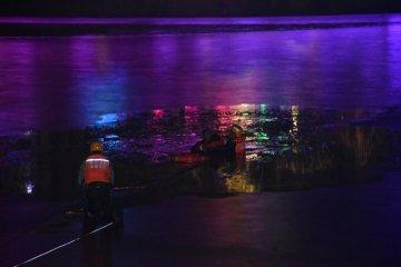 河北围场一女子冰面玩耍落水 消防队员寒夜营救