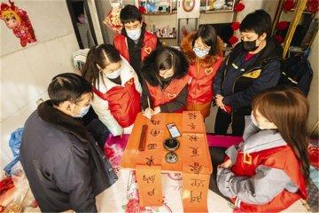 迁安:志愿者书写春联送温暖